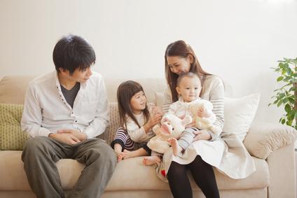 産後の女性と家族