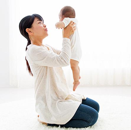 産後のママさんと赤ちゃん