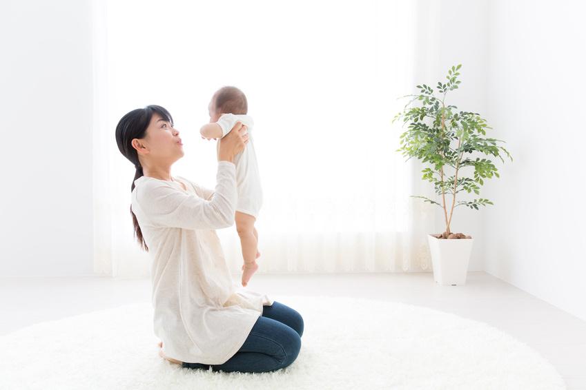 産後育児の女性
